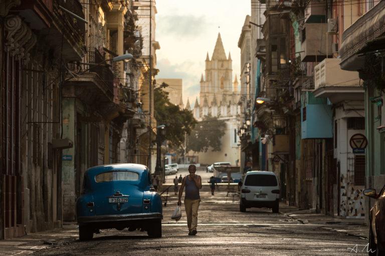 cubain rentre courses dimanche rue havane