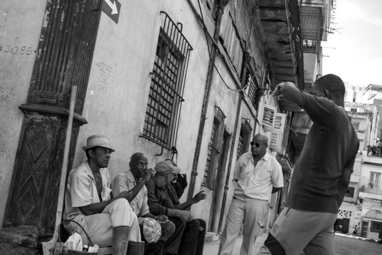 discussion cubains rue havane