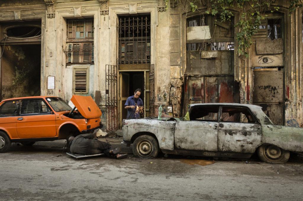 cubains reparent voiture rue centro havane