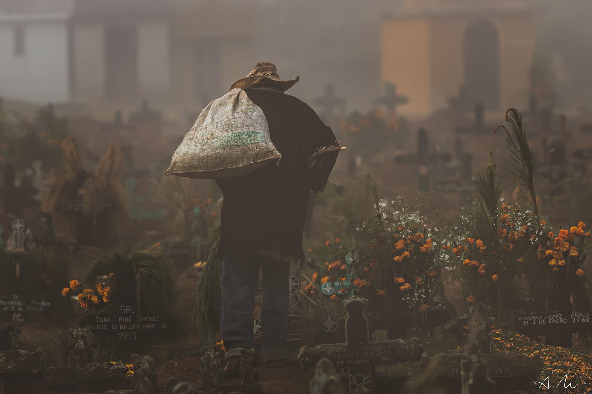 vieil homme cimetière chamula chiapas mexique