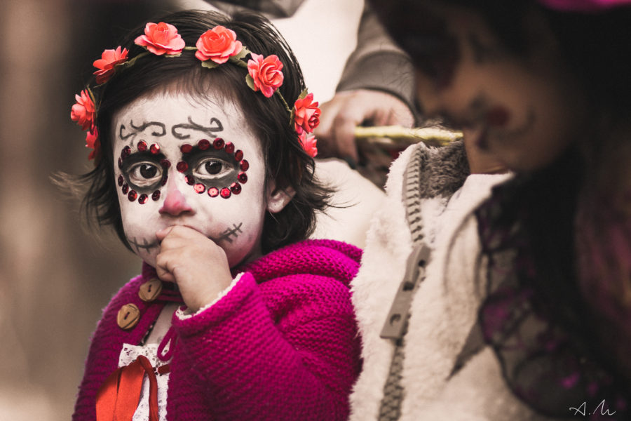 petite fille costumee jour des mort mexique