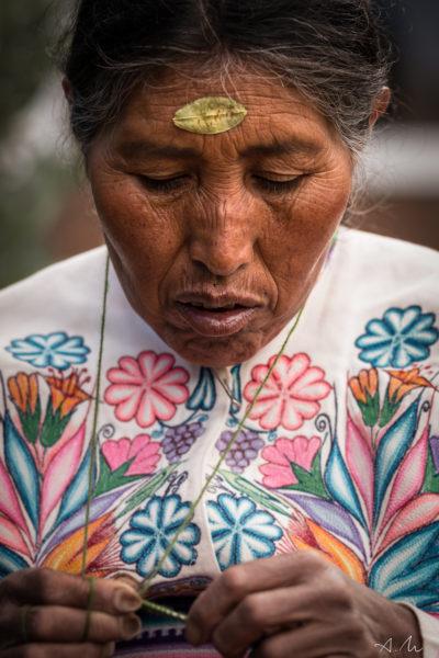 femme tricotant sur ile amantani au perou