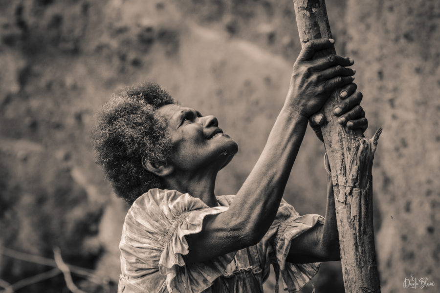 femme aide descendre plage tanna vanuatu